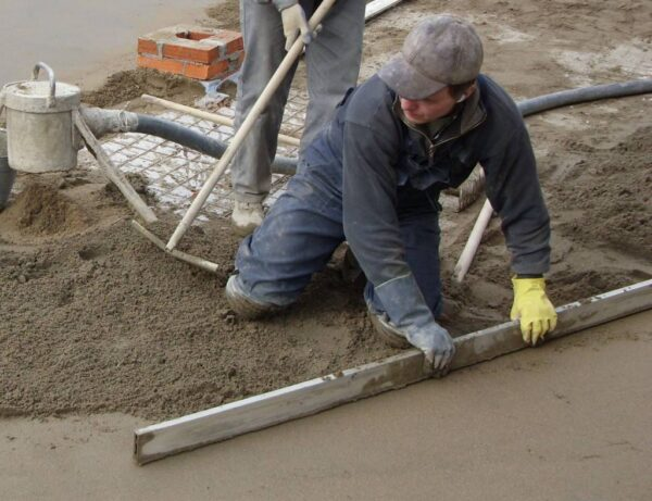 Устройство бетонного основания из сухой цементно-песчанной смесей тол.5см