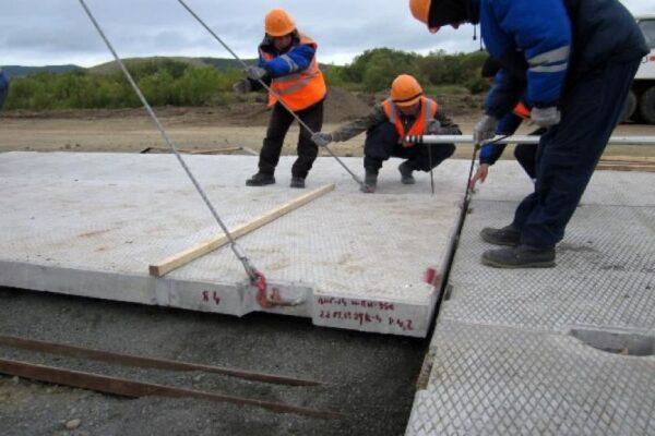 Устройство покрытия из дорожных плит